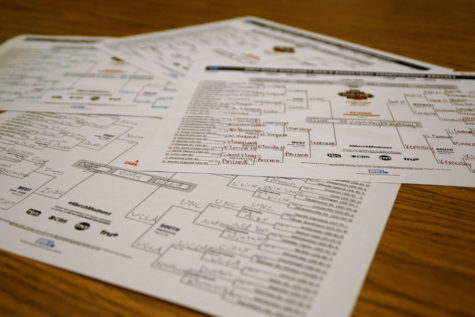 Students fill out brackets for NCAA tournament
